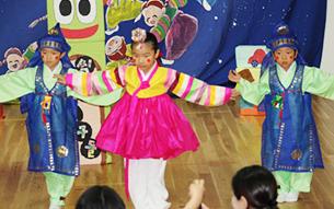 韓国の言葉・歌・踊りなどを、遊びを通して身につける民族保育